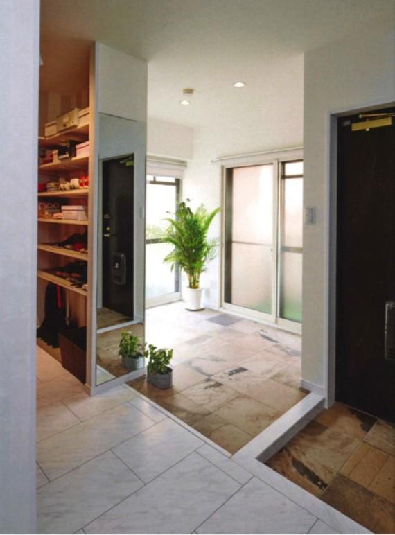 土足のままバルコニーへ。明るく広くリゾートライクな玄関ホール