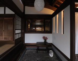 土間のこぶが美しい古民家の玄関を残しながら、高齢化に備える